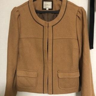 濃いベージュのジャケット