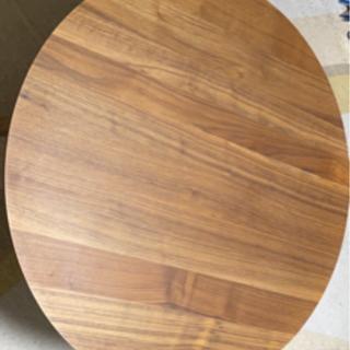 木の丸いテーブル