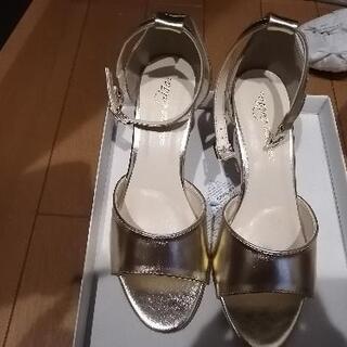 ゴールド色の靴