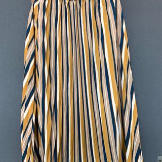 秋カラーのプリーツスカート