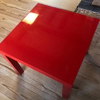 IKEAの赤いテーブル