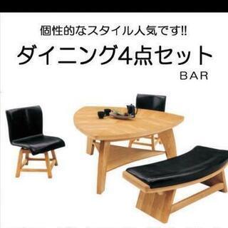 ダイニングテーブルと回転式椅子2脚ベンチ1つ