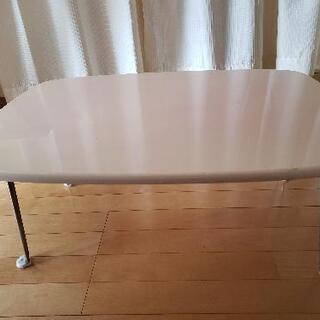 薄ピンクのテーブル
