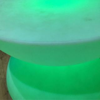 光るテーブル