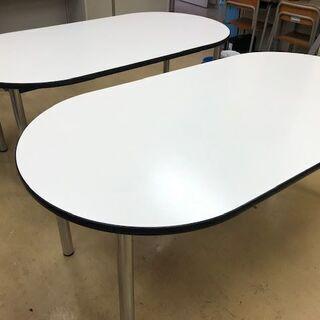 楕円形の大きなテーブル