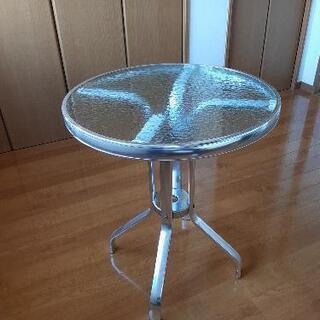 フレックスギャラリーのガラステーブル
