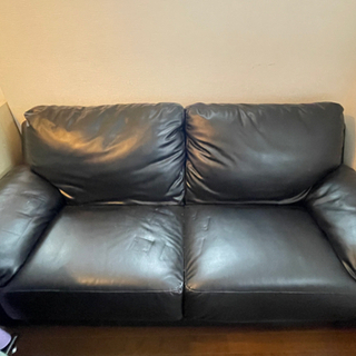 黒い皮のソファ