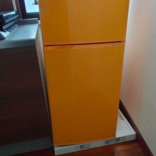 オレンジ色の小型2ドア冷蔵庫(2012年製)
