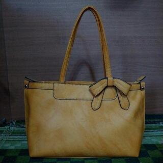 黄色の革バッグ