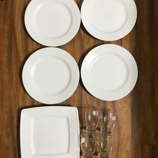 食器セット(丸皿×4、四角皿×1、グラス×4)