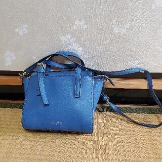 鮮やかなブルーのバッグ