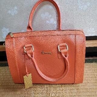 鮮やかなオレンジのバッグ