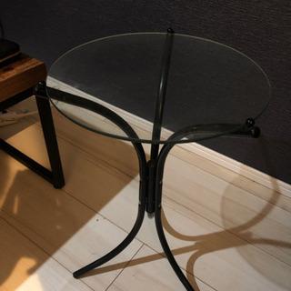 ちょっとしたものを置けるサイドテーブル