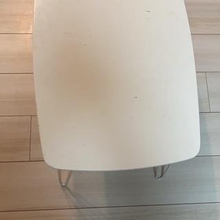 白い 折り畳み机