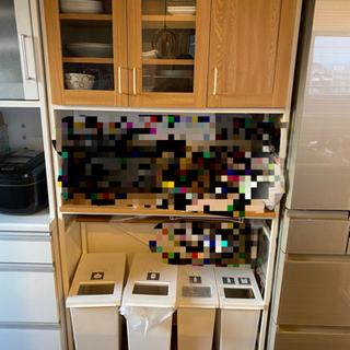 下にゴミ箱がおける食器棚