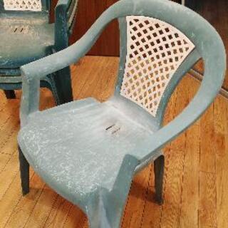 外に置いてた椅子