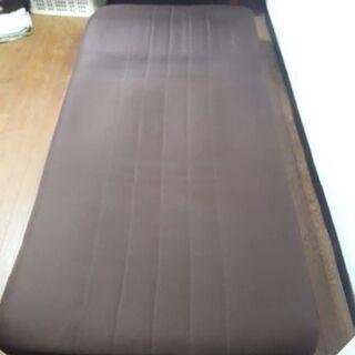 ソファーベッド です。それは両方の目的として使用できます. 無料...