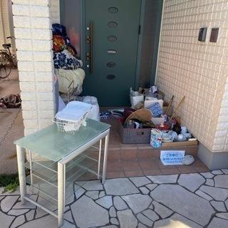 加湿器、食器、調理器具、ガラスのテレビ台、非常食、着る毛布、カー...