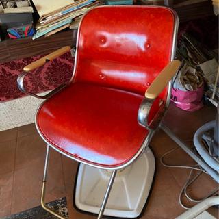 昭和レトロ美容院の施術用上下調整椅子
