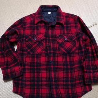 赤色の長袖シャツ