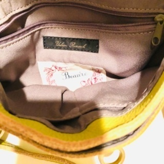 上質皮革の柔らかな黄色いポシェットバッグ