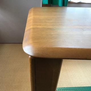 シンプルなカタチのダイニングテーブル