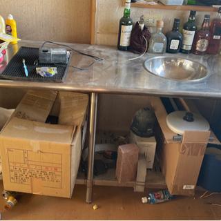 汚い写真ですみません。ステンレス製調理台小さなシンク付き