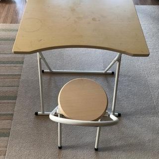 折りたたみテーブルとイス