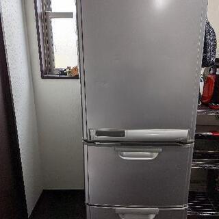 3ドア冷蔵庫とコーヒーメーカーとホットサンドメーカー