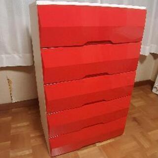 お子様用サイズ、赤い収納タンス