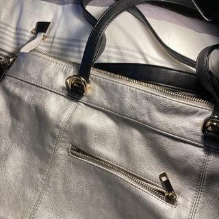 シルバーの鞄