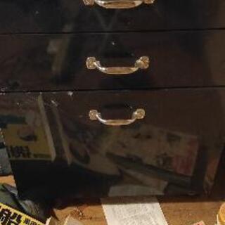 背の低い収納(机の下に置くような引き出し)