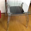 ガラスのダイニングテーブル